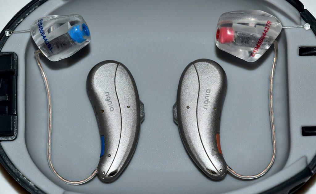 merawat telinga berdesing menggunakan alat bantu dengar