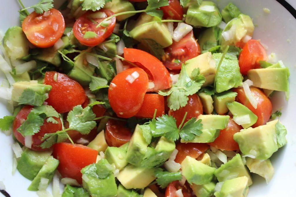 cara makan buah avokado : salad avokado